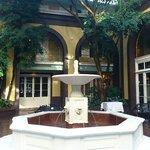 朝、中庭の噴水