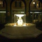 夜、中庭の噴水