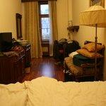 vista desde la cama estrecha muebles viejos, no enchufes  para PC ni cargador de telefono