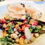 Cesar Salad con pollo crudo ....