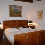 La chambre, ses beaux meubles et ses tableaux