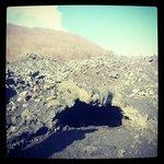 La grotta: provvisti di elmetti, si va qui sotto...