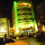 Facciata dell'Hotel in notturna
