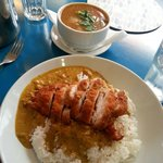 Boiled rice with crispy chicken and curry sauce