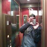 Solução para instalar elevador em prédio antigo: criaram um para uma só pessoa de cada vez...