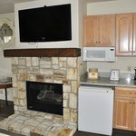 Cute fireplace, big TV, mini-kitchenette