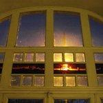 La vieille cité est visible par transparence sur les vitres à l'entrée, levez la tête!