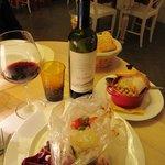 baccalà al cartoccio con pachini e olive, accompagnato da un pentolino di ceci