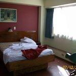 aqui se ve la cama y la ventana, con muy mala vista, por cierto