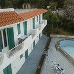 i balconi delle camere doppie e la piscina