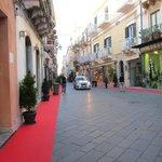 ウンベルト1世通り・・・古代ギリシャから続く街並みとは思えない美しさ!
