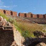 ギリシア劇場 (テアトロ グレコ) ・・・周りをぐるりと要塞が囲む