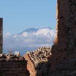 ギリシア劇場 (テアトロ グレコ) ・・・柱の脇から臨むエトナ山