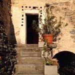 La porta della yoga room di davidatt al castello di bagnolo
