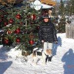 Vor dem weihnachtlich geschmückten Rasmushof