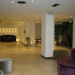 Reception, divani, quadri e design