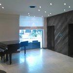 Pianoforte nero a coda ed ascensori
