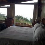 Le lit et sa baie vitrée