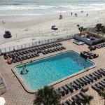 Blick auf den Pool/ Strand aus dem Zimmer