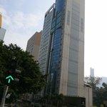 Es el primer edificio...enfrente se situaría el Causeway Bay pero a un cuarto de hora andando...