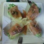 Cogollos con salmón y alcaparras