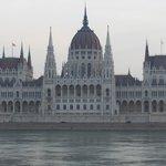 Il Parlamento dalla riva opposta del Danubio