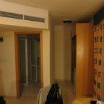 Zimmer, Ansicht WC/Duschbereich mit Küchenzeile