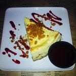 Cheesecake avec coulis de fruits rouge