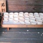 初穂料100円で厄割りが出来ます。 軽い陶製の皿を岩めがけて投げて、われれば厄も亡くなるそうです。 境内に2箇所あります。