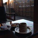 朝の淹れたてコーヒーサービス。豊かな香りと輝く日の出に大満足^ ^ Morning coffee service. Rich and full of flavor with beautiful