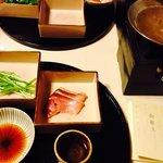 お夕飯の一品、鰤しゃぶ!!新鮮で脂のよくのった美味しいブリでした。 Yellowtail shabu shabu for dinner. I was so glad that I'm Japa