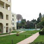 Scorcio della struttura con piscina e giardino