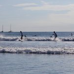warme zee waar je heel lang in kunt zwemmen of surfen, Handig om wel een shirt aan te hebben.