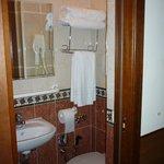 petite salle de bain propre avec tout le nécessaire