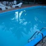 шикарный бассейн с лежаками