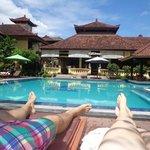 zwembad met goede ligbedden en gezellige poolbar
