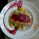 Salmon Rosado con ensalada y salsa de remolacha!!!
