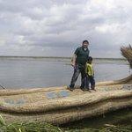 En la barca de totora