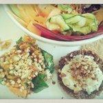 Plato único como menu compuesto ensalada muy completa, hamburguesa, tostadita, y tambor de verdu