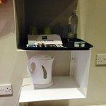 cafetière, eau, café et thé à disposition