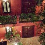 Von der Dachterrasse in den Innenhof