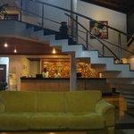Vista da escada para o 2º piso e recepção com lindo painel de madeira entalhada!