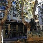 La piazza Botet, davanti all'hotel