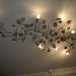 strano lampadario al soffitto ma interessante