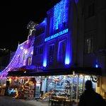 ingresso hotel di sera sotto feste natalizie