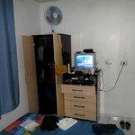 Armários, ventilador e tv
