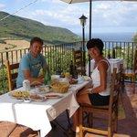 ontbijt op het panoramische terras v/d B&B