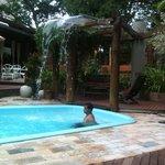 namorado curtindo a piscina