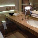 貼心的設計,讓你在浴室裡也能看到電視