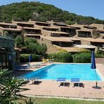 Bella piscina con solarium vista mare